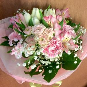優しい色合いの花束…